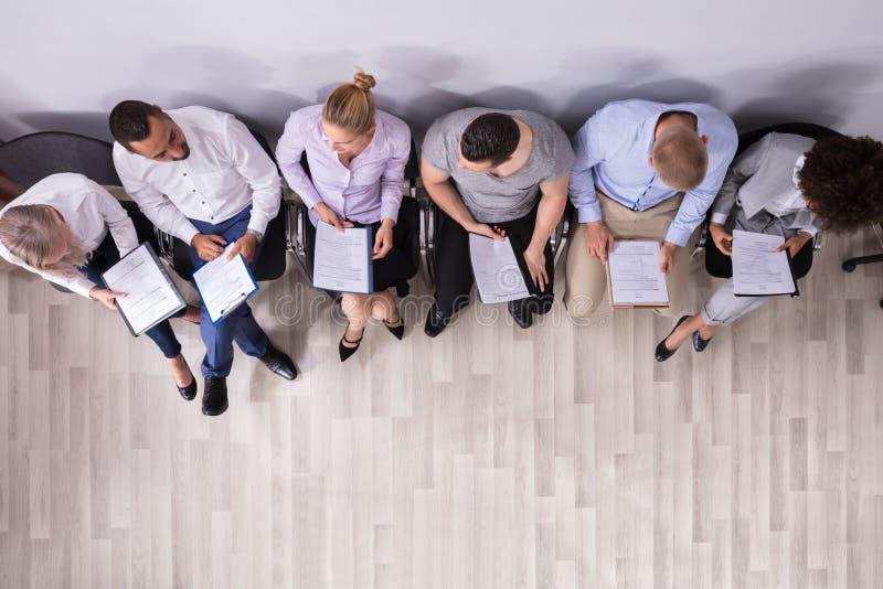 Υπόλοιπος κόσμος των ανθρώπων που περιμένουν τη συνέντευξη εργασίας στοκ εικόνα