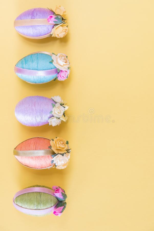 Υπόλοιπος κόσμος των εκλεκτής ποιότητας αυγών Πάσχας ύφους πολύχρωμων στο πωλημένο κίτρινο υπόβαθρο στοκ εικόνα