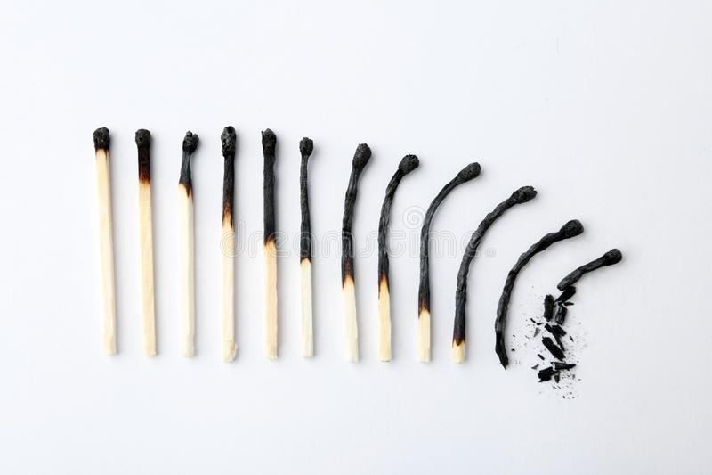 Υπόλοιπος κόσμος των μμένων αντιστοιχιών στο άσπρο υπόβαθρο Έννοια φάσεων ανθρώπινης ζωής στοκ φωτογραφία