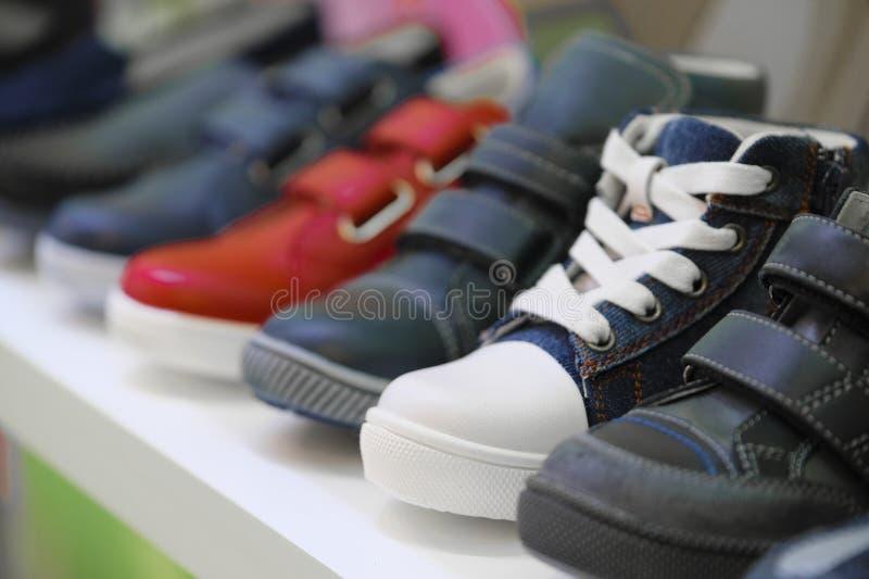 Υπόλοιπος κόσμος των παπουτσιών παιδιών σε ένα κατάστημα στοκ φωτογραφία