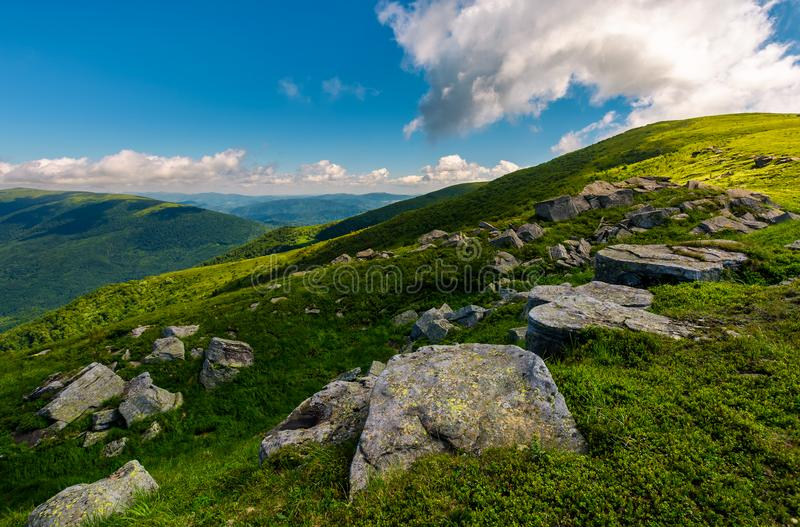 Υπόλοιπος κόσμος των τεράστιων βράχων σε ένα χλοώδες βουνό στοκ εικόνες με δικαίωμα ελεύθερης χρήσης