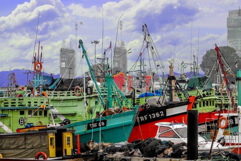 Υπόλοιπο αλιευτικών σκαφών της Κουάλα Terengganu κατά τη διάρκεια της εποχής μουσώνα στοκ εικόνα