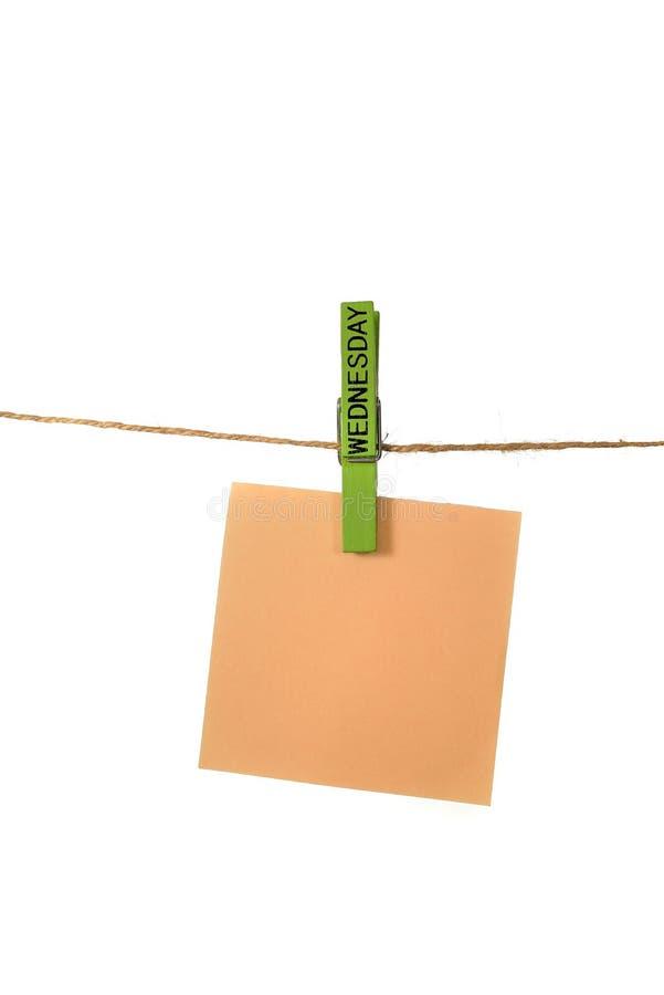Υπόμνημα Hangin χρώματος με την καρφίτσα υφασμάτων Τετάρτης στοκ εικόνες