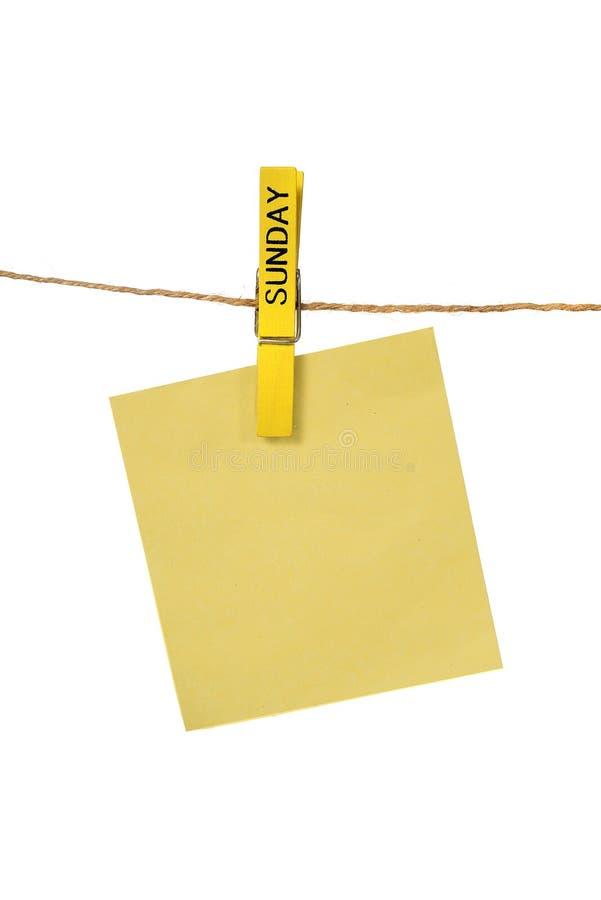 Υπόμνημα Hangin χρώματος με την καρφίτσα υφασμάτων της Κυριακής στοκ φωτογραφία