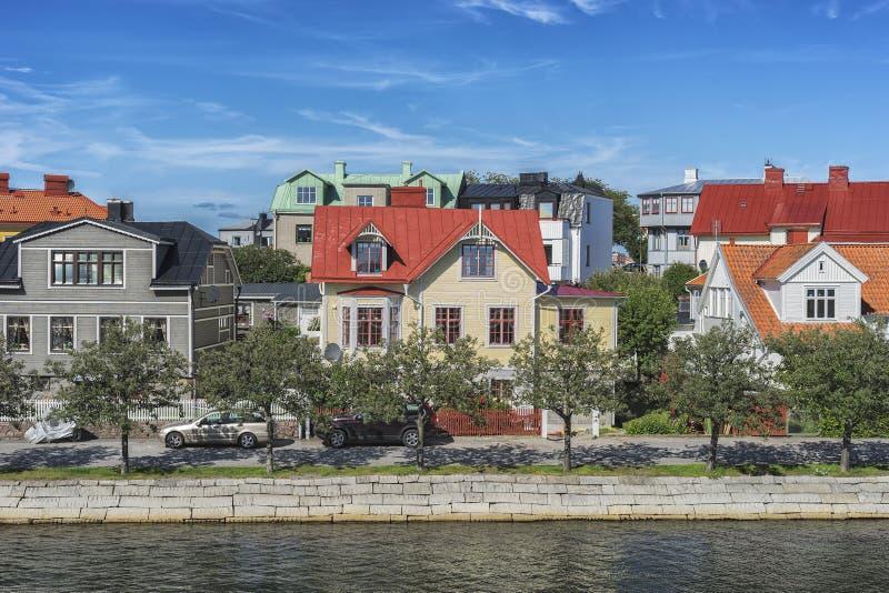 Υπόλοιπος κόσμος των αρχαίων ζωηρόχρωμων ξύλινων σπιτιών στην πόλη Karlskrona, Σουηδία στοκ φωτογραφία με δικαίωμα ελεύθερης χρήσης