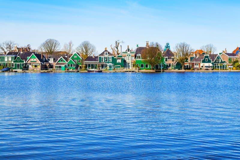 Υπόλοιπος κόσμος των παλαιών ολλανδικών παραδοσιακών σπιτιών σε Zaanse Schans και λίμνη, Ολλανδία στοκ φωτογραφία με δικαίωμα ελεύθερης χρήσης