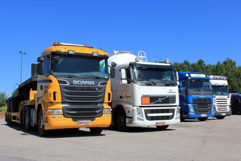 Υπόλοιπος κόσμος των φορτηγών που σταθμεύουν στοκ εικόνα