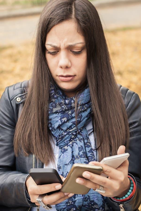 Υστερικό κορίτσι με πάρα πολλές οθόνες, mobils, ταμπλέτες και το lapto στοκ φωτογραφία με δικαίωμα ελεύθερης χρήσης