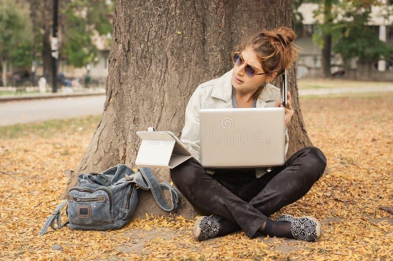 Υστερικό κορίτσι με πάρα πολλές οθόνες, mobils, ταμπλέτες και το lapto στοκ φωτογραφίες με δικαίωμα ελεύθερης χρήσης