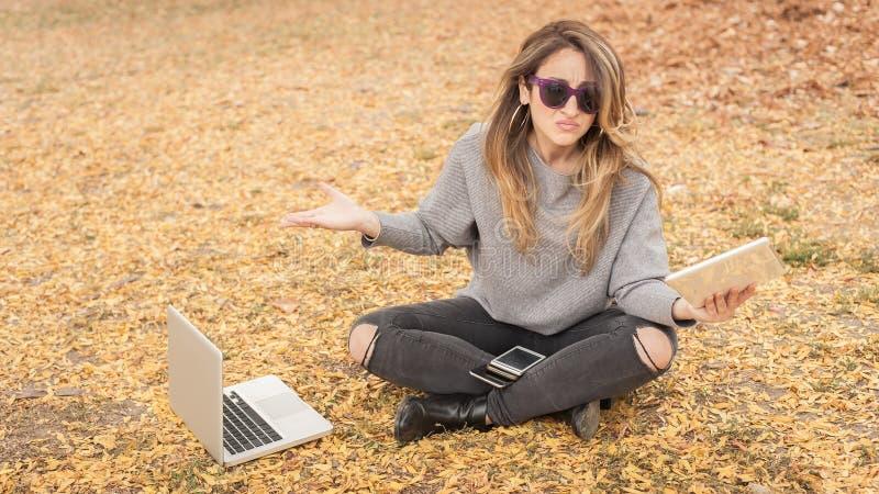 Υστερικό κορίτσι με πάρα πολλές οθόνες, mobils, ταμπλέτες και το lapto στοκ εικόνα