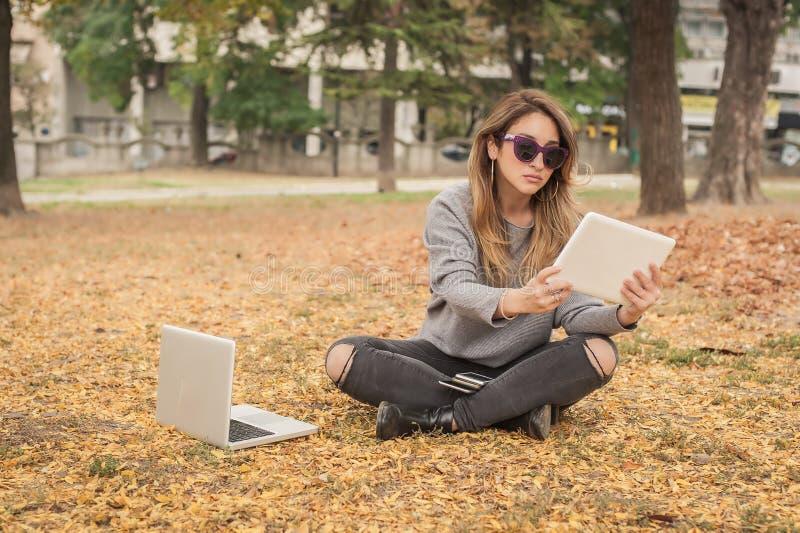 Υστερικό κορίτσι με πάρα πολλές οθόνες, mobils, ταμπλέτες και το lapto στοκ εικόνα με δικαίωμα ελεύθερης χρήσης
