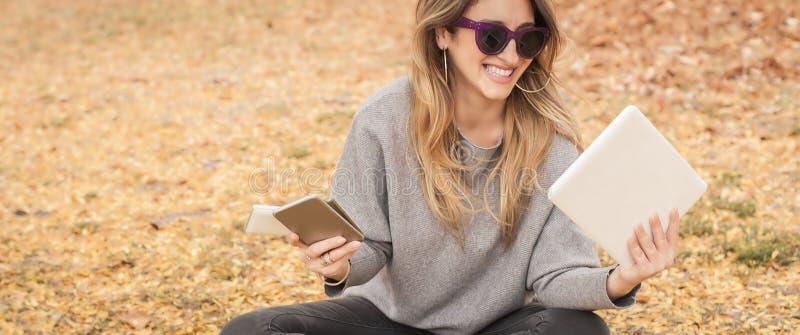 Υστερικό κορίτσι με πάρα πολλές οθόνες, mobils, ταμπλέτες και το lapto στοκ φωτογραφίες