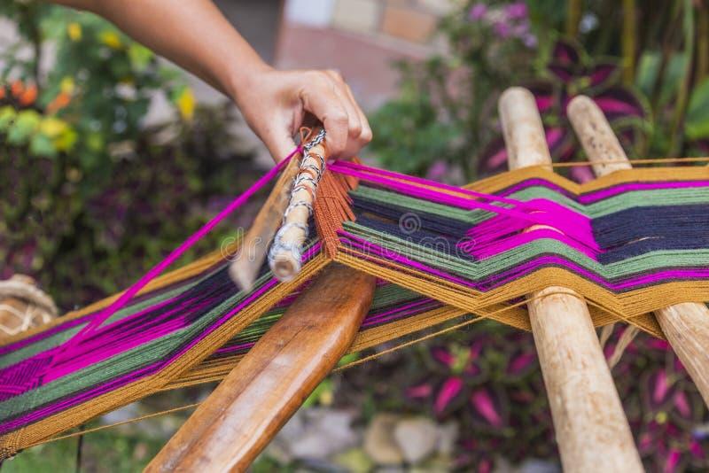 Υφαίνοντας παραδοσιακό κλωστοϋφαντουργικό προϊόν, Περού στοκ εικόνα
