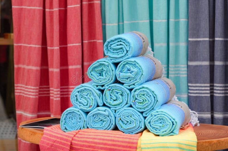 Υφαμένα ζωηρόχρωμα πετσέτες και υφάσματα στοκ φωτογραφία