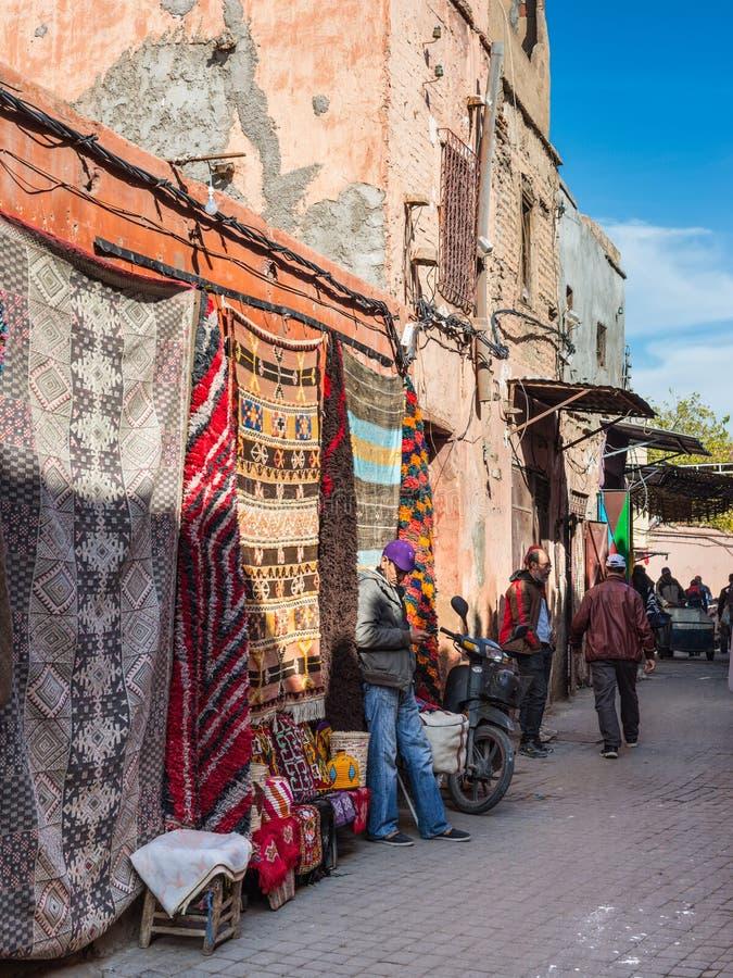 Υφαντικοί έμποροι οδών στο bazaar του Μαρακές, Μαρόκο, AF στοκ φωτογραφία με δικαίωμα ελεύθερης χρήσης