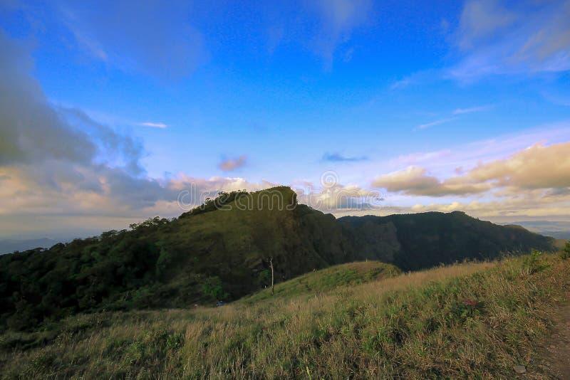 Υψηλά βουνά με τον όμορφο ουρανό στη φύση στοκ φωτογραφία