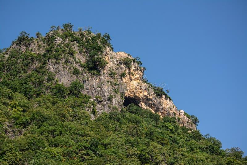 Υψηλά βουνά, όμορφοι μπλε ουρανοί, πράσινα δέντρα που δημιουργούνται από τη φύση στοκ φωτογραφίες
