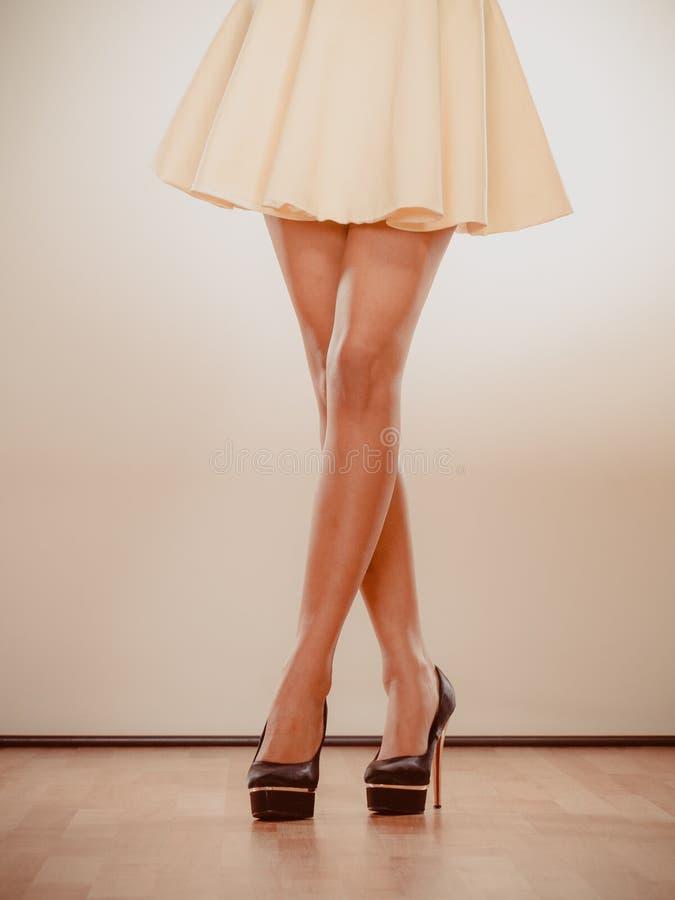Υψηλά καρφωμένα τακούνια παπούτσια στα προκλητικά θηλυκά πόδια στοκ φωτογραφίες με δικαίωμα ελεύθερης χρήσης