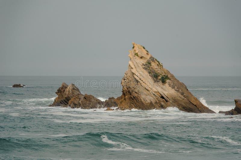 Υψηλά κύματα που χτυπούν τους απότομους βράχους και τους βράχους στοκ εικόνα