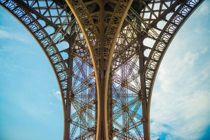 Υψηλά περιγράμματα αντίθεσης των τόξων μετάλλων του πύργου Eifel στοκ εικόνες με δικαίωμα ελεύθερης χρήσης
