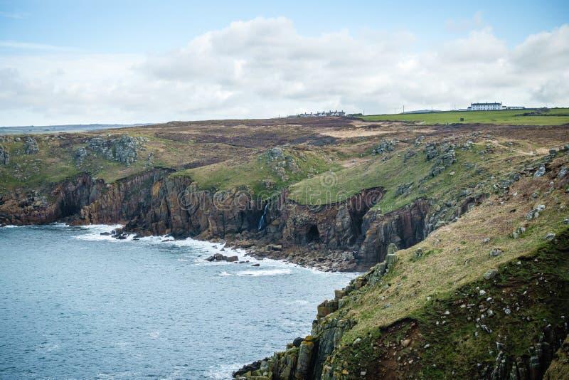 υψηλές ακτές, που εισβάλλονται με την πράσινη χλόη στοκ φωτογραφία με δικαίωμα ελεύθερης χρήσης