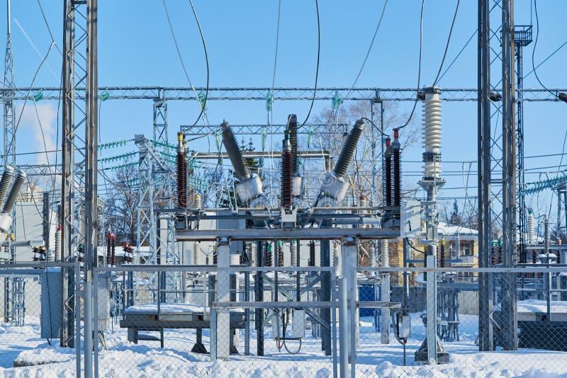 Υψηλής τάσεως διακόπτες στους ηλεκτρικούς υποσταθμούς που συνδέονται με τα καλώδια στοκ εικόνες