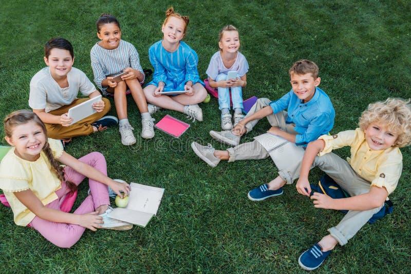 υψηλή άποψη γωνίας της ομάδας ευτυχών μαθητών στοκ εικόνα με δικαίωμα ελεύθερης χρήσης