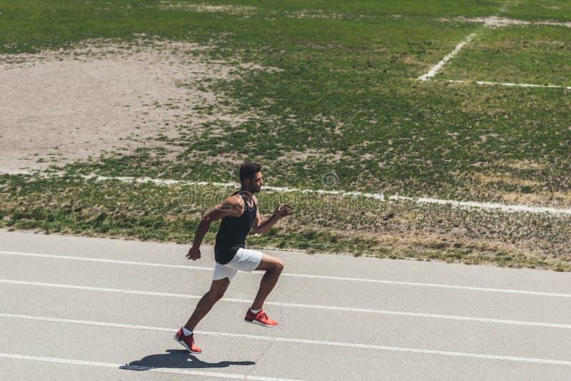 υψηλή άποψη γωνίας του αρσενικού sprinter στο τρέξιμο της διαδρομής στον αθλητισμό στοκ φωτογραφία με δικαίωμα ελεύθερης χρήσης