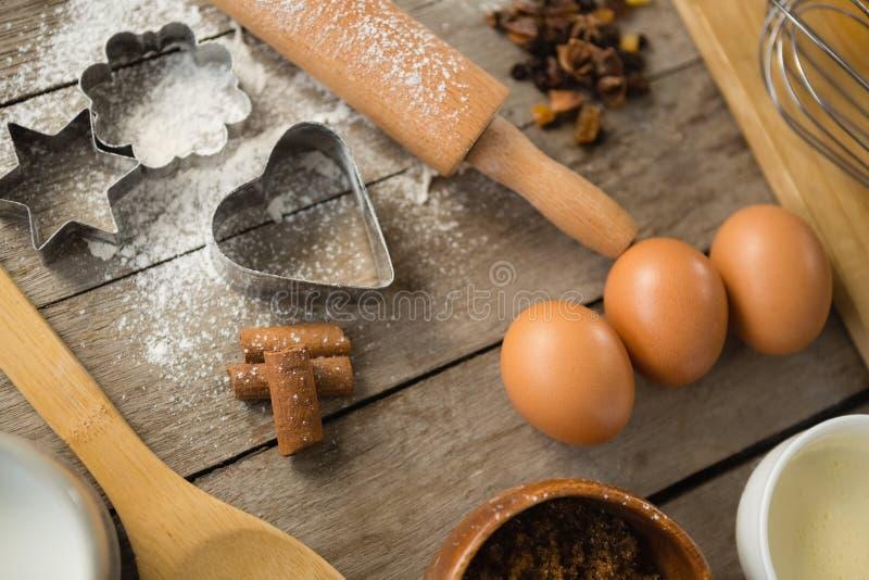 Υψηλή άποψη γωνίας του αυγού και των καρυκευμάτων με τα συστατικά στοκ εικόνα με δικαίωμα ελεύθερης χρήσης