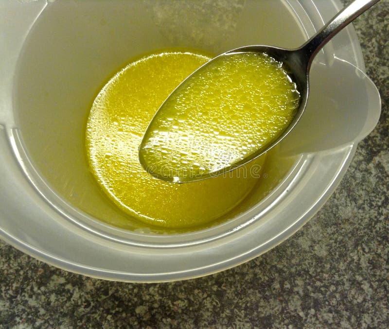 Υψηλή άποψη γωνίας του φρέσκου πετρελαίου που ντύνει με το χυμό λεμονιών σε ένα κουτάλι για τη σαλάτα στοκ εικόνα με δικαίωμα ελεύθερης χρήσης