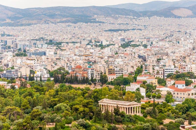 Υψηλή άποψη εικονικής παράστασης πόλης από το λόφο ακρόπολη με τη διάσημη αρχαία αγορά της Αθήνας στο πρώτο πλάνο στοκ φωτογραφίες με δικαίωμα ελεύθερης χρήσης
