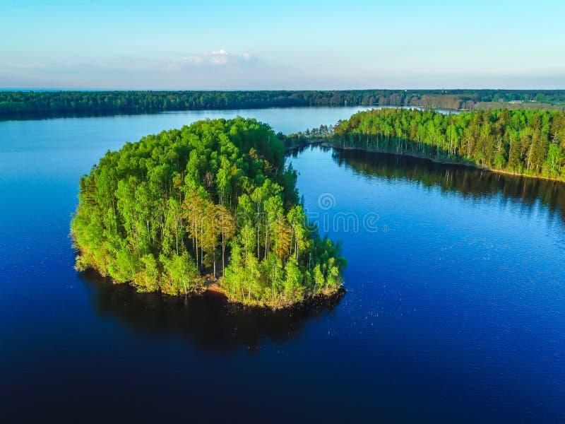 Υψηλή άποψη του Κόλπου της Φινλανδίας, του δάσους και των νησιών στο ηλιοβασίλεμα στοκ φωτογραφία