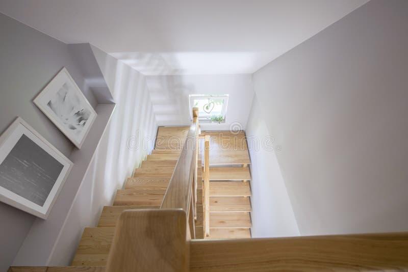 Υψηλή γωνία στις αφίσες και τα ξύλινα σκαλοπάτια στην αίθουσα του σπιτιού INT στοκ εικόνες με δικαίωμα ελεύθερης χρήσης