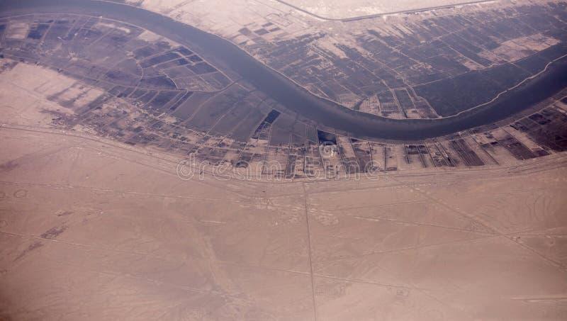 Υψηλή εναέρια άποψη από το αεροπλάνο των συνόρων του Ιράν Ιράκ κοντά στη Βασόρα στοκ εικόνα με δικαίωμα ελεύθερης χρήσης