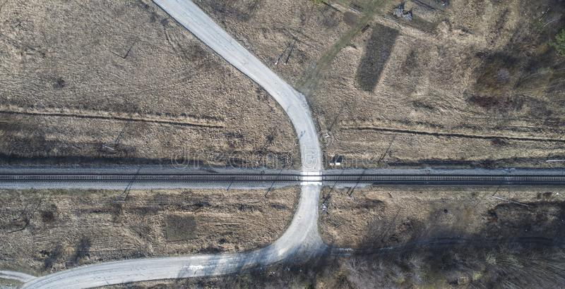 Υψηλή εναέρια άποψη κηφήνων ενός σιδηροδρόμου στις δασικές αγροτικές θέσεις άνοιξη στοκ εικόνα με δικαίωμα ελεύθερης χρήσης