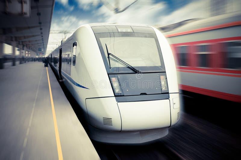 υψηλή σύγχρονη αναμονή τραίνων ταχύτητας αναχώρησης στοκ φωτογραφίες με δικαίωμα ελεύθερης χρήσης