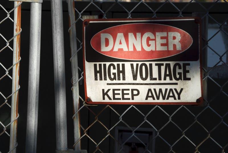 υψηλή τάση σημαδιών κινδύνου στοκ φωτογραφία με δικαίωμα ελεύθερης χρήσης