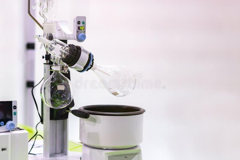 Υψηλή τεχνολογία και αυτόματος περιστροφικός κενός εξατμιστήρας με τη φιάλη απόσταξης στο χημικό εργαστήριο για επιστημονικό με τ στοκ φωτογραφία με δικαίωμα ελεύθερης χρήσης