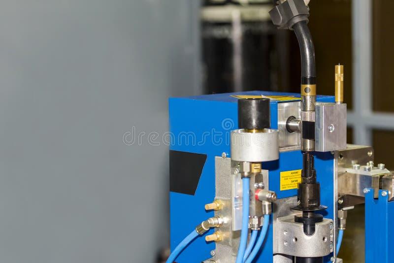 Υψηλή τεχνολογία του αυτόματου καθαριστή ακρών συγκόλλησης ρομπότ για να διατηρήσει την παραγωγικότητα για βιομηχανικό με το διάσ στοκ φωτογραφία