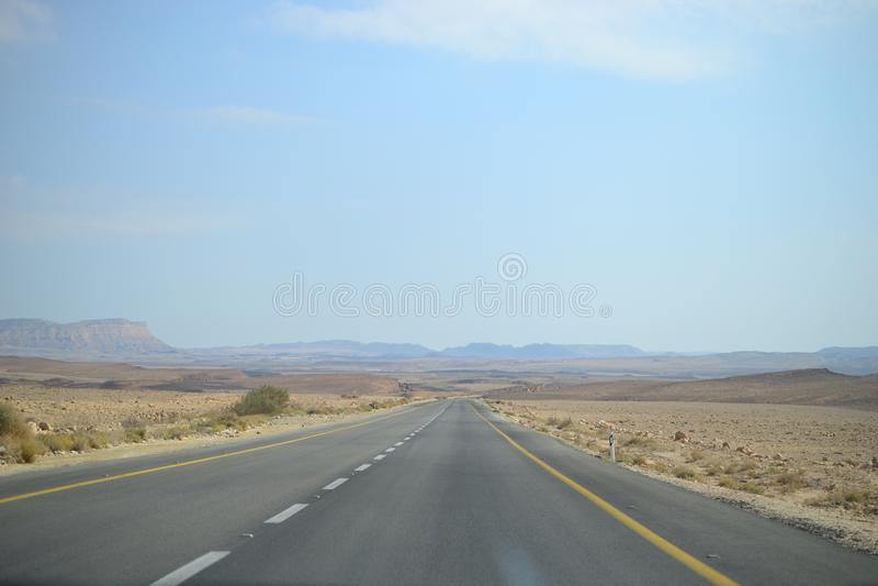 Υψηλός δρόμος επί της ουσίας του κρατήρα Makhtesh Ramon, Mitzpe Ramon, έρημος Negev, Ισραήλ στοκ φωτογραφία με δικαίωμα ελεύθερης χρήσης