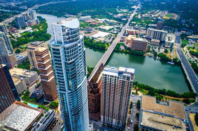 Υψηλός επάνω από τον πιό ψηλό πύργο του Ώστιν Τέξας που κοιτάζει κάτω από την υψηλή εναέρια άποψη κηφήνων λεωφόρων συνεδρίων στοκ φωτογραφία με δικαίωμα ελεύθερης χρήσης