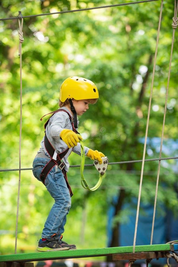 Υψηλός περίπατος σχοινιών ( r Χαριτωμένο αγόρι παιδιών Καλοκαίρι παιδιών στοκ φωτογραφία με δικαίωμα ελεύθερης χρήσης