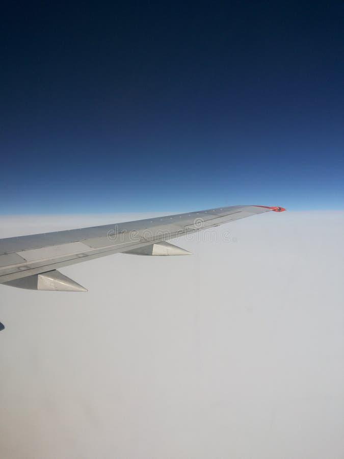Υψηλός, στον ουρανό, πτήση, αεροπλάνο, αργυροειδές, φτερό, στο κλίμα, σκούρο μπλε, ουρανός, λευκό, ταξίδι, μεταφορά, όμορφη στοκ φωτογραφία με δικαίωμα ελεύθερης χρήσης