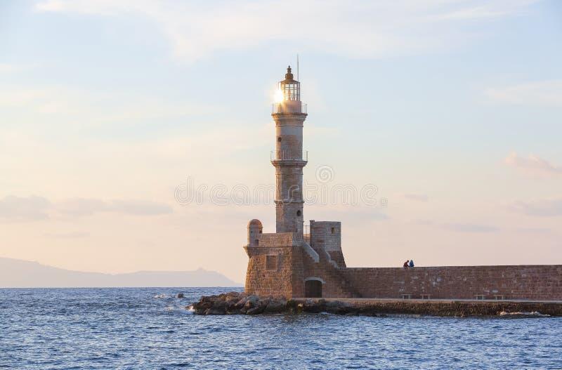 Υψηλός, όμορφος, αρχαίος φάρος φιαγμένος από τούβλα Το θαυμάσιο ηλιοβασίλεμα ανάβει τον ουρανό Τοπική θέση Chania, νησί Creete, Ε στοκ εικόνα