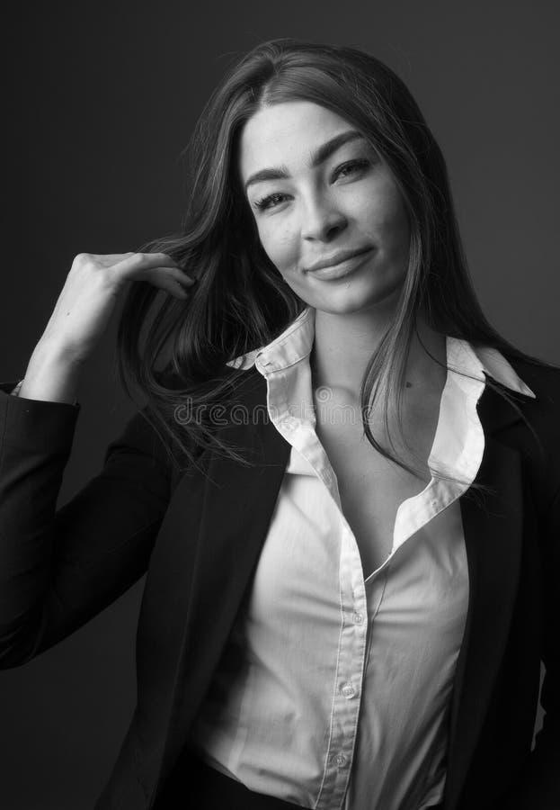 Υψηλό γραπτό πορτρέτο μόδας της νέας κομψής προκλητικής λεπτής γυναίκας brunette στοκ φωτογραφίες