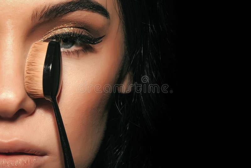 Υψηλό πορτρέτο μόδας της κομψής γυναίκας Προκλητική γυναίκα με το μοντέρνο makeup με τη βούρτσα ιδρύματος στοκ εικόνα με δικαίωμα ελεύθερης χρήσης