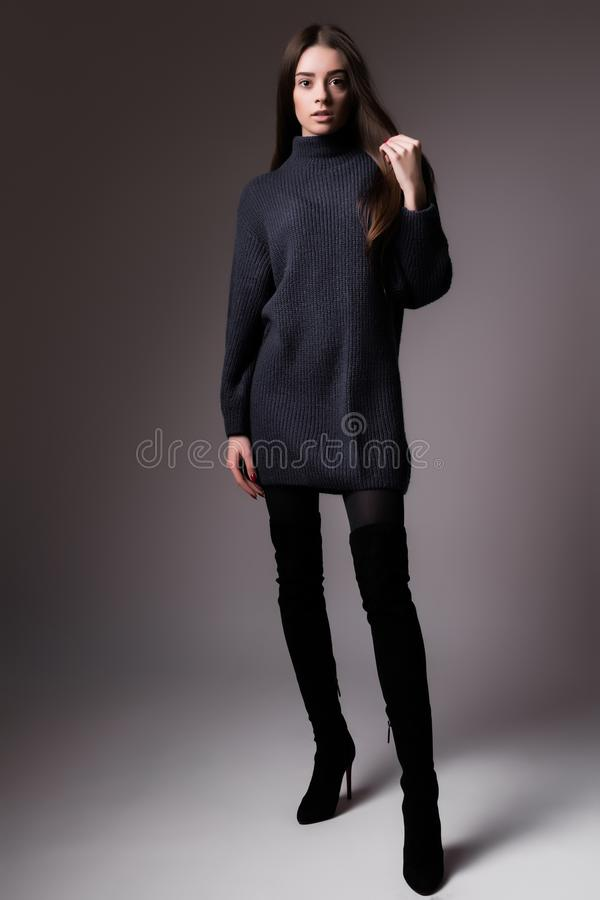 Υψηλό πρότυπο πορτρέτο μόδας του κομψού πυροβολισμού στούντιο υποβάθρου γυναικών μαύρου στοκ εικόνα με δικαίωμα ελεύθερης χρήσης