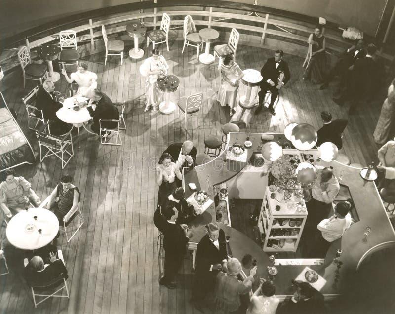 Υψηλή άποψη γωνίας των ανθρώπων στο σαλόνι κοκτέιλ στο σκάφος στοκ φωτογραφία με δικαίωμα ελεύθερης χρήσης