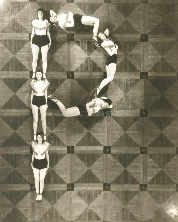 Υψηλή άποψη γωνίας των γυναικών που διαμορφώνει το γράμμα Π στοκ φωτογραφία