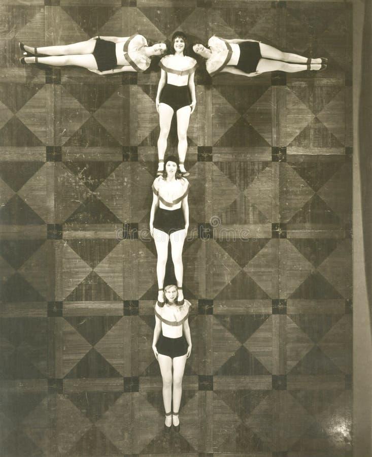 Υψηλή άποψη γωνίας των γυναικών που διαμορφώνει το γράμμα Τ στοκ φωτογραφία